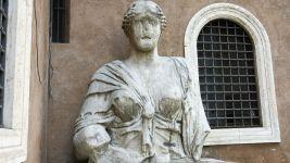 madama-lucrezia-statua-piazza-iside-roma