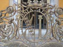Alessandro e Teresa Torlonia. Lo stemma congiunto delle due famiglie all'ingresso de Teatro